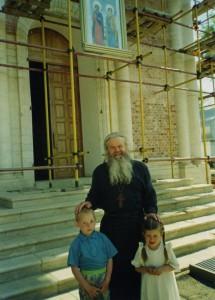 ИГУМЕН ВАЛЕРИЙ (ЛАРИЧЕВ) С МАЛЕНЬКИМИ ПРИХОЖАНАМИ