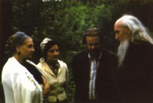 СТАРЕЦ САМПСОН (СИВЕРС), В. П. ЛАРИЧЕВ С СУПРУГОЙ МАРГАРИТОЙ И Е. СЕЛИВЕРСКОВА. МАЛАХОВКА. ЛЕТО 1978 г.