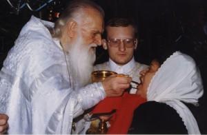 Отец Василий Швец причащает матушку Маргариту
