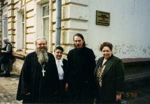 ОТЕЦ ВАЛЕРИЙ И МАТУШКА МАРГИРИТА С ОТЦОМ АЛЕКСАНДРОМ ШАРГУНОВЫМ. МОСКВА. 1998 г.