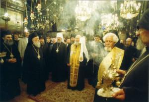 ИЕРУСАЛИМ. СВЯТЕЙШИЙ ПАТРИАРХ АЛЕКСИЙ II С ПАЛОМНИКАМИ В ХРАМЕ У МЕСТА ПОГРЕ ПРЕСВЯТОЙ БОГОРОДИЦЫ