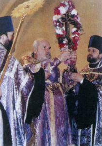ПАТРИАРХ МОСКОВСКИЙ И ВСЕЯ РУСИ АЛЕКСИЙ II СОВЕРШАЕТ ЧИН ВОЗДВИЖЕНИЯ КРЕСТА В ЦЕРКВИ ПРЕОБРАЖЕНИЯ ГОСПОДНЯ ХРАМА ХРИСТА СПАСИТЕЛЯ В МОСКВЕ. 1996 Г.