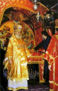 ВИФЛЕЕМ. ПАТРИАРХ АЛЕКСИЙ II СОВЕШАЕТ БОЖЕСТЫЕННУЮ ЛИТУРГИЮ В БАЗИЛИКЕ РОЖДЕСТВА ХРИСТОВА. 2000 г.