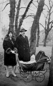СВЯЩЕННИК ОТЕЦ МИХАИЛ И МАТЬ ЕЛЕНА ИОСИФОВНА РИДИГЕР С СЫНОМ АЛЕКСЕЕМ (ок. 1929-1933)