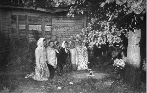 МОЛИТВА У МОЩЕЙ ПРЕПОДОБНЫХ КИРИЛЛА И МАРИИ, ТАЙНО ПЕРЕЗАХОРОНЕННЫХ В 1930-е гг. У ПОКРОВСКОГО СОБОРА. 1985 г.