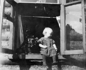 СЕСТРА ТОНЕЧКА В ОКНЕ РОДИТЕЛЬСКОГО ДОМА. 1962 г.