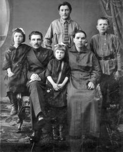 СЕМЬЯ ТРОФИМОВЫХ. МАРИЯ - КРАЙНЯЯ СЛЕВА. 1920-е гг.