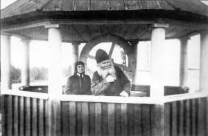 МОНАХ НИКОЛО-БЕСЕДНОГО МОНАСТЫРЯ В ЧАСОВНЕ НА КОЛОДЦЕ В ТИХВИНЕ. 1900-е гг.