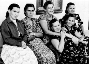 В СЛОБОДЗЕЕ. МАРИЯ СЕРГЕЕВНА - ПЕРВАЯ СЛЕВА. 1950-е гг.