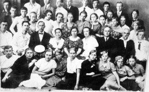 УЧЕНИКИ ШКОЛЫ №1 СО СВОИМИ УЧИТЕЛЯМИ. 1920-е гг.