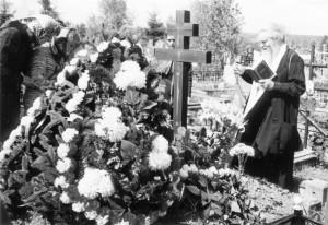 ИГУМЕН ВАЛЕРИЙ (ЛАРИЧЕВ) СЛУЖИТ ПАНИХИДУ НА ВОЛКОВОМ КЛАДБИЩЕ В 40-Й ДЕНЬ ПО КОНЧИНЕ МАРИИ СЕРГЕЕВНЫ