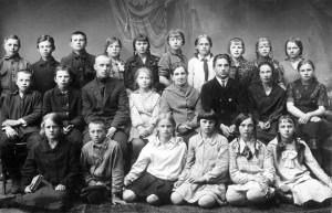 УЧЕНИКИ ШКОЛЫ №1 СО СВОИМИ УЧИТЕЛЯМИ. 1929 ГОД