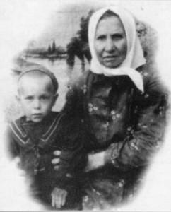 КОЛЯ ХАЗОВ С БАБУШКОЙ МАРИЕЙ ГЕОРГИЕВНОЙ. ВЫРИЦА 1946 г.