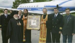 ВЛАДЫКА ПРОКЛ ПЕРЕД НАЧАЛОМ ВОЗДУШНОГО КРЕСТНОГО ХОДА НАД ЗЕМЛЯМИ УЛЬЯНОВСКОЙ ОБЛАСТИ. 4 ИЮНЯ 2005 г.