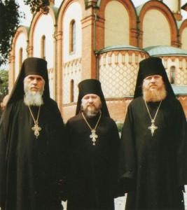 ИЕРОМОНАХ ПРОКЛ (В ЦЕНТРЕ) С  ОТЦОМ ГЕРМОГЕНОМ (МУРТАЗОВЫМ) И ОТЦОМ ГУРИЕМ. ПЮХТИЦА. 1980-е гг.