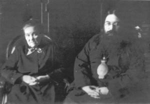 ВЛАДЫКА ТИХОН С МАТЕРЬЮ ЕКАТЕРИНОЙ ДМИТРИЕВНОЙ В АЛЕКСАНДРОВЕ. 1930 г.