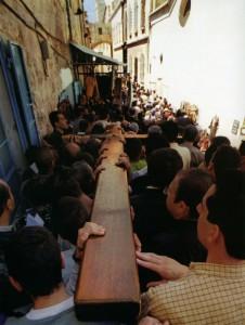 ИЕРУСАЛИМ. СТРАСТНАЯ ПЯТНИЦА. ПРОЦЕССИЯ ИДУЩАЯ ПО КРЕСТНОМУ ПУТИ ХРИСТА С 14 ОСТАНОВКАМИ
