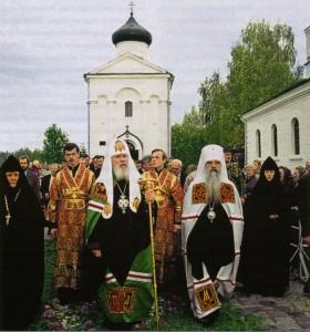 СВЯТЕЙШИЙ ПАТРИАРХ АЛЕКСИЙ II И МИТРОПОЛИТ ФИЛАРЕТ В СВЯТО-ЕВФРОСИНИЕВСКОМ ПОЛОЦКОМ МОНАСТЫРЕ. 1988 г.