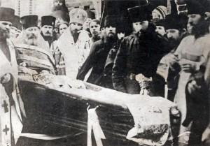 ОТЕЦ ИННОКЕНТИЙ (ОРЕШКИН) У ГРОБА ОТЦА ГЕРМАНА. 1923 г.