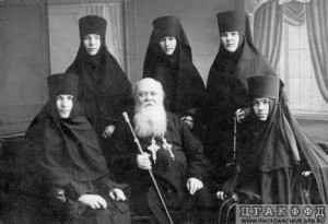 ЕПИСКОП НАРВСКИЙ СЕРГИЙ (ДРУЖИНИН; 1863 -1937) С ГРУППОЙ МОНАХИНЬ