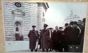 НИКИТА ХРУЩЕВ С ЮГОСЛАВСКОЙ ДЕЛЕГАЦИЕЙ ВО ГЛАВЕ С ИОСИФОМ БРОЗ ТИТО НА ТЕРРИТОРИИ ЛАВРЫ. 1945 г.