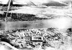 ВИД НА КИЕВО-ПЕЧЕРСКУЮ ЛАВРУ С ВЫСОТЫ ПТИЧЬЕГО ПОЛЕТА - НАЧАЛО 1940-Х ГОДОВ