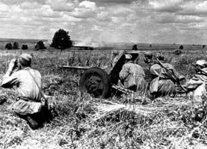 БИТВА НА КУРСКОЙ ДУГЕ. РАСЧЕТ ПРОТИВОТАНКОВОГО ОРУДИЯ ВЕДЕТ ОГОНЬ ПО ВРАЖЕСКИМ ТАНКАМ. 1943 г.