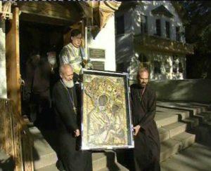 ПРОТОИЕРЕИ СЕРГИЙ И АЛЕКСАНДР ГАРКЛАВСЫ ВЫНОСЯТ ТИХВИНСКУЮ ЧУДОТВОРНУЮ ИКОНУ ИЗ СВОЕГО ДОМА В ЧИКАГО. ИЮНЬ, 2004 г.