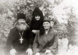 МОНАХИНЯ МАРГАРИТА. 1960 г.  С О. ИОСИФОМ ПОТАПОВЫМ И ЕГО МАТУШКОЙ