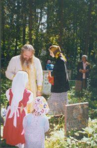 НА НИКОЛО-АРХАНГЕЛЬСКОМ КЛАДБИЩЕ В ДЕНЬ ПАМЯТИ СТАРЦА САМПСОНА 1994 г.