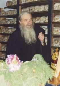 ОТЕЦ ВАЛЕРИЙ В КОСТНИЦЕ РУССКОГО СВЯТО-ПАНТЕЛЕИМОНОВА МОНАСТЫРЯ. 2003 г.