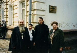 ОТЕЦ ВАЛЕРИЙ И МАТУШКА МАРГИРИТА С О. АЛЕКСАНДРОМ ШАРГУНОВЫМ. МОСКВА. 1998 г.