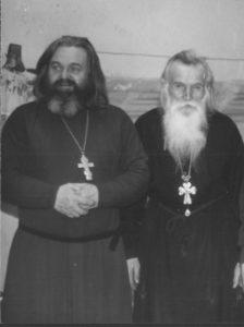 ОТЕЦ ВАЛЕРИЙ И ОТЕЦ ВАСИЛИЙ ШВЕЦ В ЯМУ. 1990-е гг.