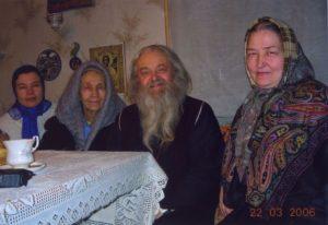 ОТЕЦ ВАЛЕРИЙ С ДУХОВНЫМИ ЧАДАМИ СТАРЦА САМПСОНА. 22 МАРТА 2006 г.
