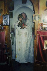 ОТЕЦ ВАЛЕРИЙ СЛУЖИТ БОЖЕСТВЕННУЮ ЛИТУРГИЮ В ХРАМЕ ПРЕОБРАЖЕНИЯ ГОСПОДНЯ НА ВЕРШИНЕ АФОНА. 13 МАЯ 2003 г.