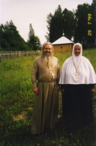 ОТЕЦ ВАЛЕРИЙ С ИГУМЕНИЕЙ МАКАРИЕВО-ПИСЕМСКОГО МОНАСТЫРЯ М. МАГДАЛИНОЙ. 1990-е гг.